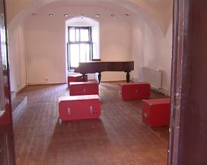 Cufere de călătorie şi un pian de secol XIX, donat de familia Dobriban