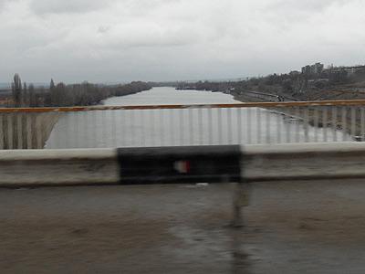 Podul peste râul Nistru între Tighina și Tiraspol - un obiectiv strategic capturat de separatiști în 1992 și controlat și astăzi cu strășnicie. În apropiere se află și trupele rusești de menținere a păcii.