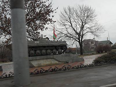 Memoria războiului civil cu Chișinăul din 1992 este ținută vie prin astfel de monumente - aici un tanc sovietic la ieșirea din Tighina (oraș pe malul de vest al Nistrului controlat de separatiștii nistreni).
