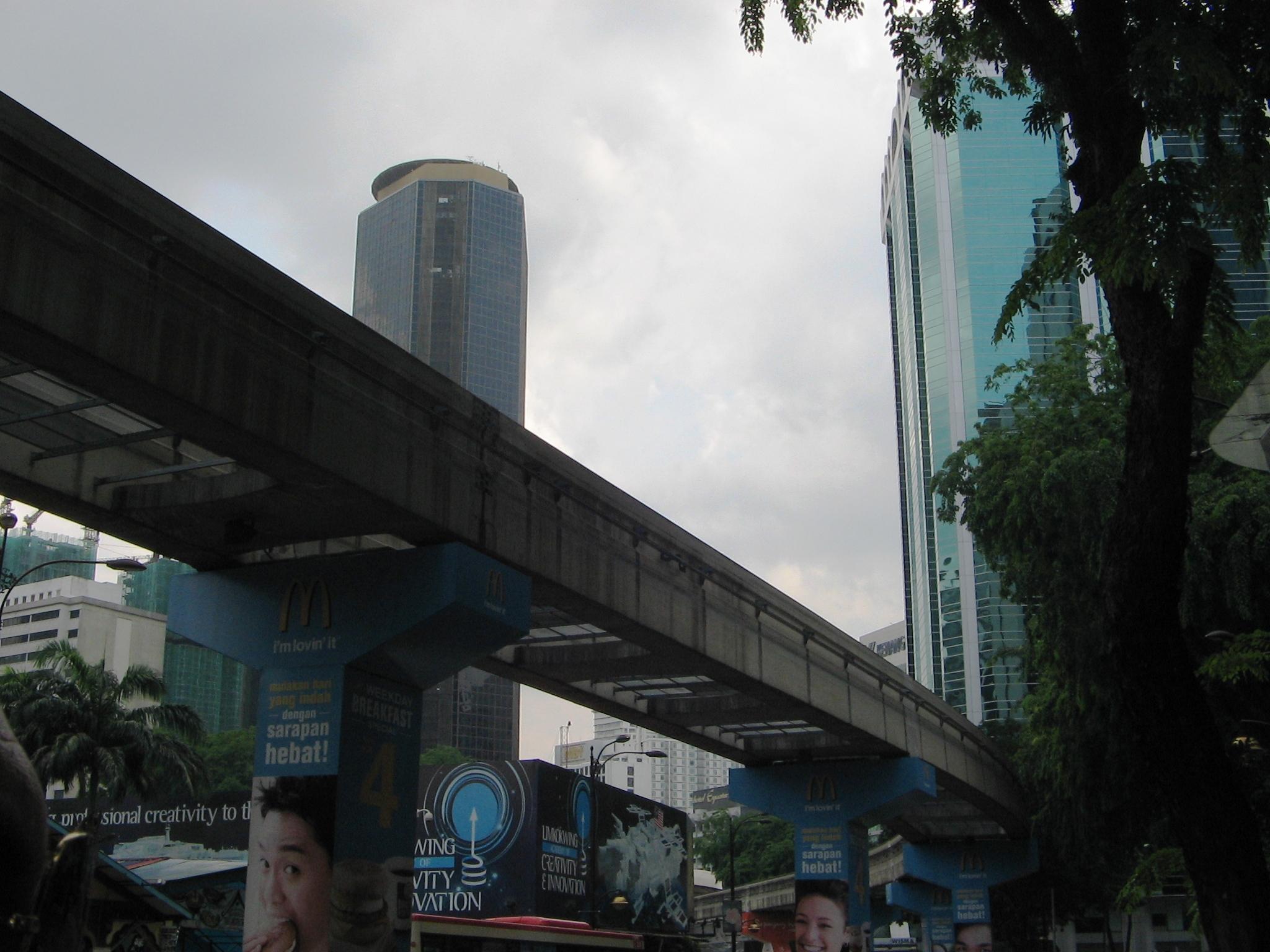 Linie de metrou deasupra orasului