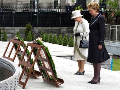 Regina se înclină în fața eroilor căzuți în lupta pentru independența Irlandei