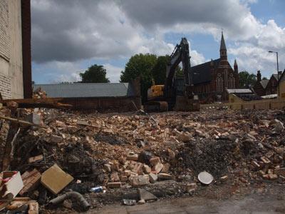 Aici au locuit până pe 7 august 26 de persoane, dar vandalii le-au incendiat locuința