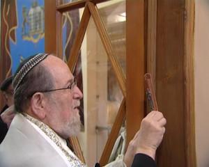 Marele Rabin Menachem Hacohen fixează mezuzah pe uşorul sinagogii Baal Şem Tov, din Piatra Neamţ