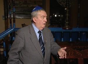 Harry Solomon, in incinta sinagogii de lemn din Piatra Neamt