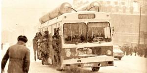 Autobuzul ticsit, cu rezervoare de gaz, emblematic pentru Epoca de Aur