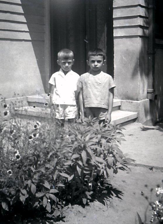 Încruntat (dreapta, in foto) in paradisul din casa bunicii din Constanta