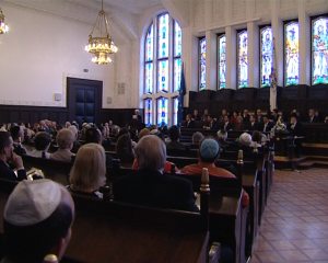 Ceremonia de semnare a avut loc in fata unui public numeros