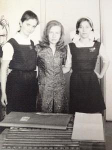 Profesoara Rodica Grindea cu doua eleve