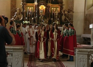 Armence din Gherla îmbrăcate în rochii tradiţionale, în catedrala Sfânta Treime