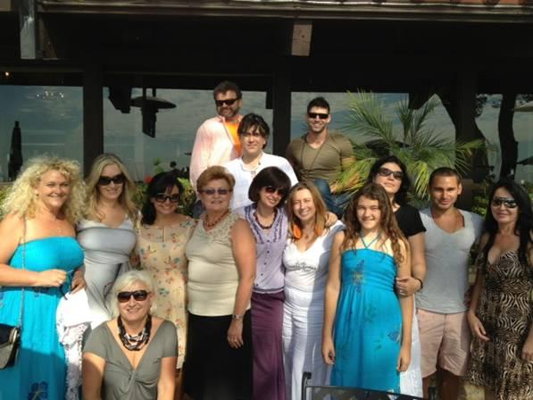 Roxana Constantinescu cu un group de români