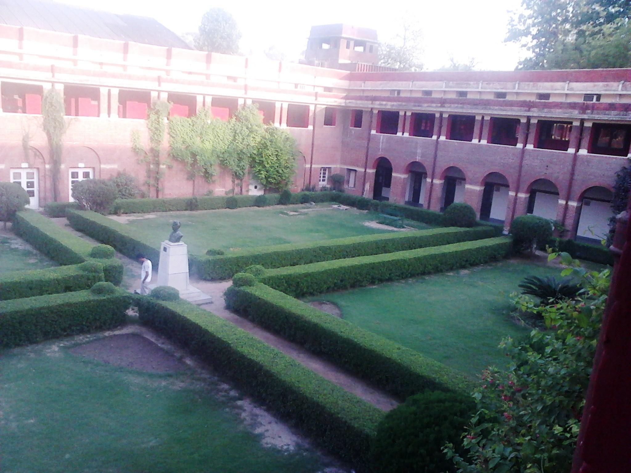 curtea interioara a universitatii din Delhi