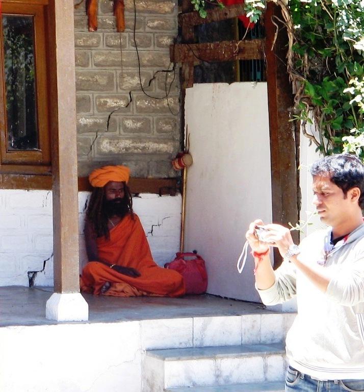 sadhu in fata unui templu hindus. Manali, India