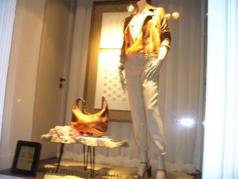 """Salonul """"Împaratul Romanilor"""". Vitrină cu haine în fosta braserie"""