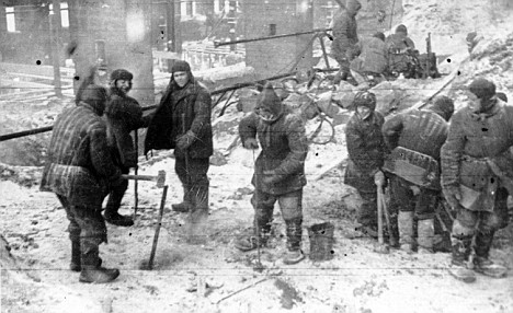 Gulag: deţinuţi construiesc o fabrică de cupru, 1949